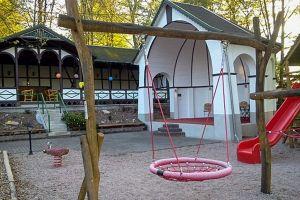 Blick über den Kinderspielplatz mit Blick auf die Musikbühne – im Hintergrund der Sommerpavillon im Volksgarten