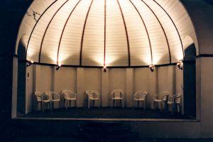 Konzertmuschel am Abend beleuchtet